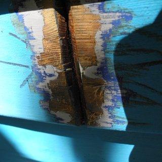 Bei Jacaranda machen uns einige Plankenstöße Sorgen. Die zu ersetzenden Laschen haben wir entfernt, damit es dort besser und schneller trocknen kann. so sehen die Stöße nun von außen aus. Momentan diskutieren wir noch mit verschiedenen Bootsbauern, wie wir hier am behutsamsten restaurieren.