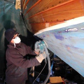 Alle abgeplatzten oder durchgeschliffenen Stellen werden nun mit Underwater Primer neu aufgebaut. Im Frühjahr gibt es neues Antifouling.
