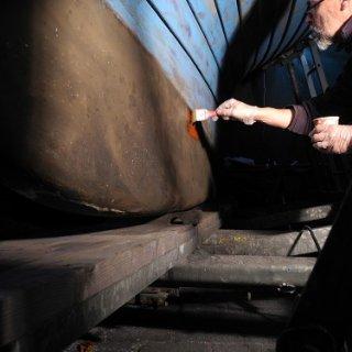 Der blanke Kiel wurde mit einem Owatrol-Produkt (Cip) gestrichen. Im Frühjahr wird das wieder abgeschliffen. Es soll nur vorübergehend neue Rostbildung verhindern. Das Beschichten mit Epoxiprimern erfordert Temperaturen, die vermutlich erst im Frühjahr wieder erreicht werden.