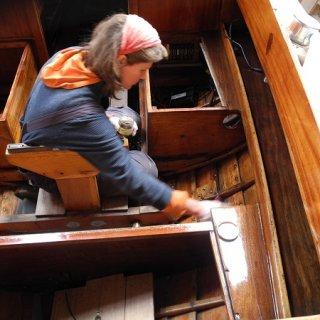 """Auch die Mumi ist bereits in """"Behandlung"""". Die Planken werden innen mit Le Tonkinois gestrichen."""