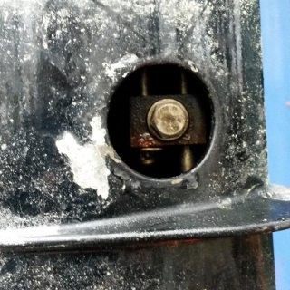 13. Jetzt wird's ernst! Impellerwechsel! Der Impeller sitzt ganz unten im Schaft. Um daran kommen zu können, muss man den Schaft trennen. Auf der Steuerbordseite über dem Getriebe ist eine Gummiabdeckung. Diese entfernen. Dann Rückwärtsgang einlegen. In der Öffnung erscheint nun eine 10er-Schraube. Diese Schraube,die das Schaltgestänge verbindet, lösen aber nicht entfernen.