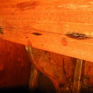 Leider finden sich an vielen Stellen im Kajütaufbau sowohl von innen als auch von außen längere und kürzere Risse. Die Schlimmeren werden auf jeden Fall ausgeleistet.