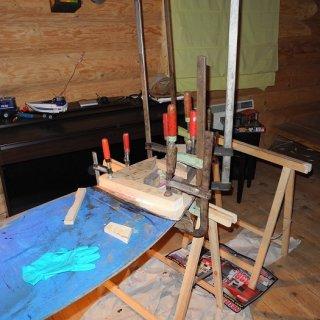 Neues Bootsbausperrholz wird eingeschäftet und anschließend eingeharzt.