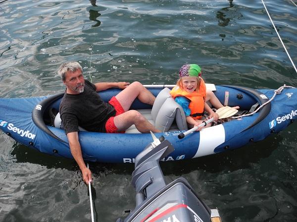 Spaß im Schlauchboot beim Familien Flottillensegeln.