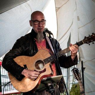 Bei auf Hochtouren glühendem Grill, vielen kühlen Flens und einem ersten Musik Akt von Christian mit seinem independent folk pop, nahm die Party ihren Lauf.